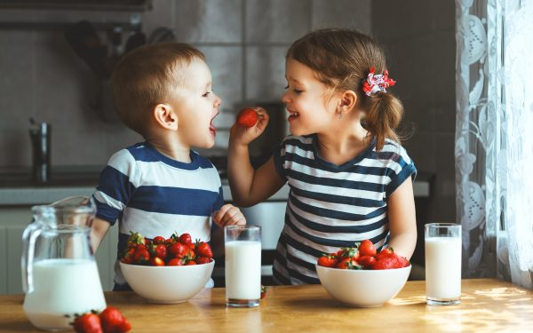 Happy,Children,Girl,And,Boy,Brother,And,Sister,Eating,Strawberries